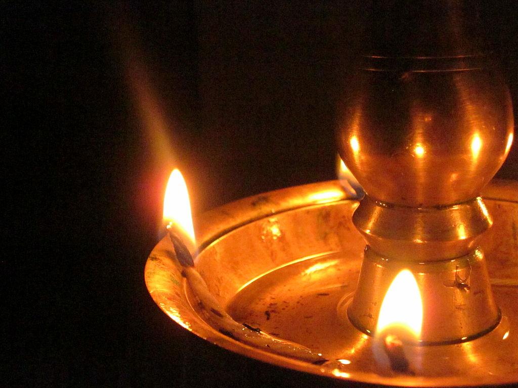 1024px-Nilavilak,a_tradition_lamp