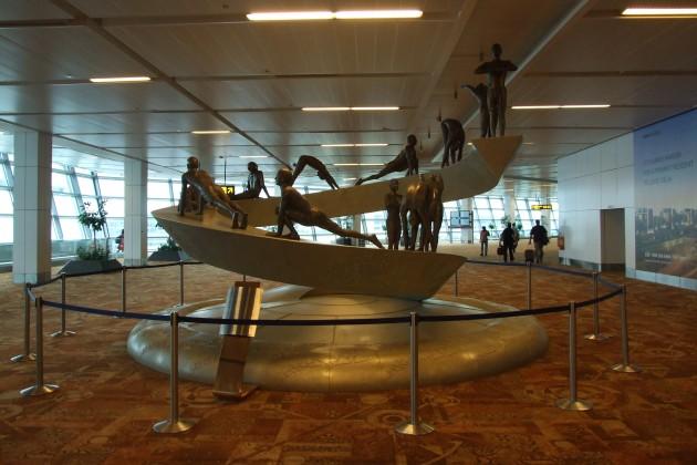 Surya_Namaskar_sculpture_at_IGIA_T3
